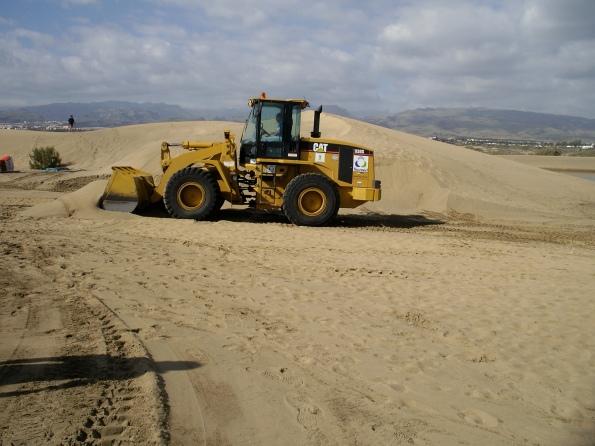 Schon jetzt rücken regelmäßig Bagger an, um den Strand wieder begehbar zu machen...