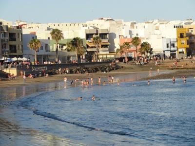 Erst am Abend lässt sich das Wetter am Strand, wie hier in Arinaga, aushalten.