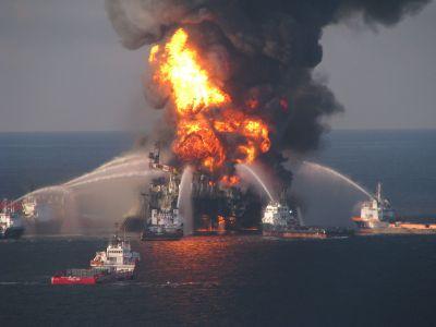 Die brennde Plattform Deepwater Horizon 2010 - hoffentlich gibt es nie auf den Kanaren solche Bilder.