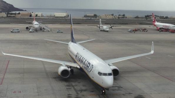 Ryanair liegt knapp hinter Binter (kl. Flugzeug Mitte).
